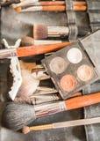 Diversos cepillos del maquillaje para la novia en ceremonia de boda fotografía de archivo
