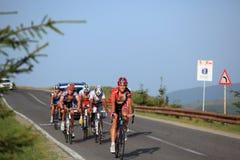 Diversos ciclistas que suben en el camino a Paltinis, Rumania. Fotografía de archivo