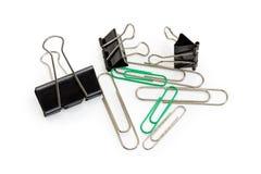 Diversos clips de la carpeta y clips de papel en un fondo blanco Imagenes de archivo