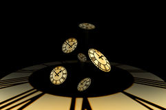 Diversos clockfaces dourados caem fora de um timewell. fotos de stock royalty free