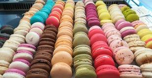 Diversos colores y sabores de los macarrones coloridos Fotografía de archivo