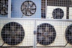 Diversos condicionadores de ar fora da alameda atrás das barras são travados imagem de stock