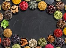 Diversos condimentos mienten alrededor Especias e hierbas indias en la tabla negra Condimento con el espacio vacío para el texto imagen de archivo libre de regalías