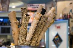 Diversos conos de helado en el café del gelateria Imagenes de archivo