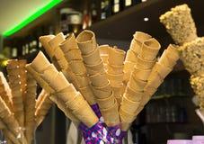 Diversos conos de helado en el café del gelateria en Italia Fotografía de archivo