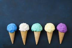 Diversos conos de helado en endecha negra del plano de la tabla Imagenes de archivo