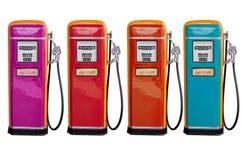 Diversos cor do distribuidor clássico velho do óleo na estação de gasolina Foto de Stock