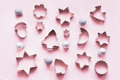 Diversos cortadores Navidad-temáticos de la galleta en rosa Tarjeta del día de fiesta Visión desde arriba Modelo de Navidad imagen de archivo libre de regalías