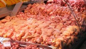 Diversos cortes de la carne del pollo en el contador de la carnicería metrajes