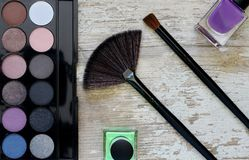 Diversos cosméticos del maquillaje en la tabla de madera blanca rústica Imágenes de archivo libres de regalías