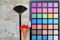 Diversos cosméticos del maquillaje en la tabla de madera blanca rústica Fotos de archivo libres de regalías