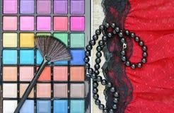 Diversos cosméticos del maquillaje en la tabla de madera blanca rústica Imagenes de archivo