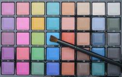 Diversos cosméticos del maquillaje en la tabla de madera blanca rústica Imagen de archivo