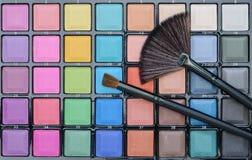 Diversos cosméticos del maquillaje en la tabla de madera blanca rústica Fotos de archivo