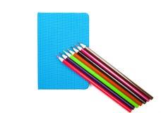 Diversos cuadernos, plumas y lápices de la escuela Fotos de archivo libres de regalías