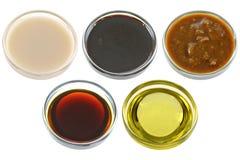 Diversos cuencos de productos de la soja (habas de soja) Foto de archivo libre de regalías