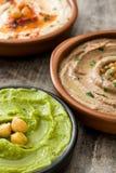 Diversos cuencos del hummus Hummus del garbanzo, hummus del aguacate y hummus de las lentejas Fotografía de archivo