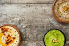 Diversos cuencos del hummus Hummus del garbanzo, hummus del aguacate y hummus de las lentejas Fotografía de archivo libre de regalías