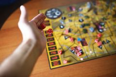 Diversos dados vermelhos de rolamento caem em uma tabela com boardgame Momentos de Gameplay Foto de Stock Royalty Free