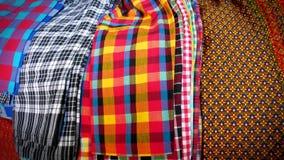 Diversos diseños de textura colorida de los modelos de la ropa Fotografía de archivo