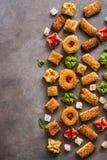 Diversos dulces del este en un fondo marr?n r?stico Baklava, placer, galletas Visi?n superior, espacio de la copia imagenes de archivo
