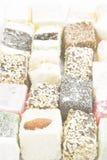Diversos dulces turcos con las nueces, Cocos, sésamo en un blanco fotografía de archivo