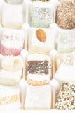 Diversos dulces turcos con las nueces, Cocos, sésamo en un blanco foto de archivo
