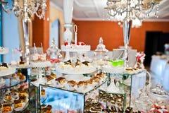 Diversos dulces y magdalenas en el tabl de la recepción nupcial del abastecimiento Fotografía de archivo libre de regalías