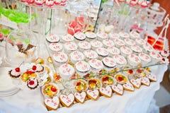 Diversos dulces y magdalenas en el tabl de la recepción nupcial del abastecimiento Imagenes de archivo