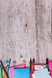 Diversos efectos de escritorio en un fondo de madera con un lugar para escribir Visión superior Imagen de archivo libre de regalías