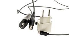 Diversos enchufes con los alambres para la fuente y los adaptadores de alimentación Foto de archivo