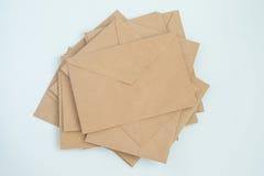Diversos envelopes do papel de letra marrom, no close-up branco do fundo, vista superior fotografia de stock royalty free
