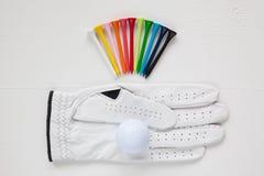 Diversos equipos de golf en la tabla blanca Fotografía de archivo libre de regalías