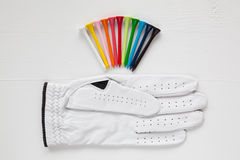 Diversos equipos de golf en la tabla blanca Imágenes de archivo libres de regalías