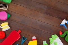 Diversos equipos de la limpieza dispuestos en piso de madera Foto de archivo libre de regalías