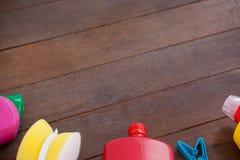 Diversos equipos de la limpieza en piso de madera Fotos de archivo