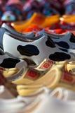 Diversos estorbos labrados en un mercado turístico Foto de archivo libre de regalías