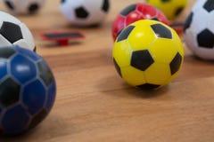 Diversos fútboles en la tabla de madera Imagen de archivo