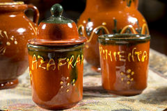 Diversos frascos da cerâmica para conter o açafrão e a pimenta (palavras escritas no espanhol) Fotos de Stock Royalty Free