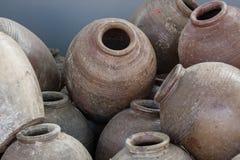 Diversos frascos velhos usados na fermentação do alimento Imagens de Stock