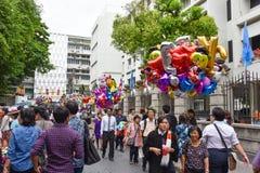 Diversos globos en la venta para la ceremonia de graduación del estudiante universitario Fotos de archivo libres de regalías