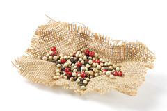 Granos de pimienta en la arpillera Foto de archivo libre de regalías