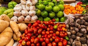 Diversos grupos de verduras y de legumbres en venta para preparar la comida fotos de archivo