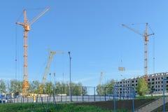 Diversos guindastes na construção da casa Imagem de Stock