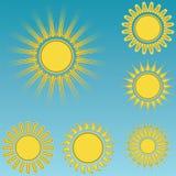 Diversos iconos del sol fijaron el fondo del cielo azul Fotos de archivo