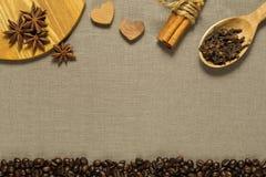 Diversos ingredientes del café en el paño marrón de la materia textil Imagen de archivo libre de regalías