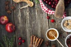 Diversos ingredientes para la hornada estacional y otras recetas, granada, miel, orezhi, manzanas, caquis, hierbas del invierno fotos de archivo libres de regalías