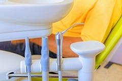 Diversos instrumentos dentales de los taladros del equipamiento médico y tipos especializados de la invitación de dientes de la e Fotos de archivo