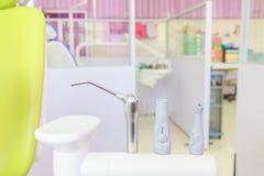 Diversos instrumentos dentales de los taladros del equipamiento médico y tipos especializados de la invitación de dientes de la e Fotografía de archivo libre de regalías