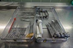 Diversos instrumentos quirúrgicos clasificados en una bandeja de metal imágenes de archivo libres de regalías